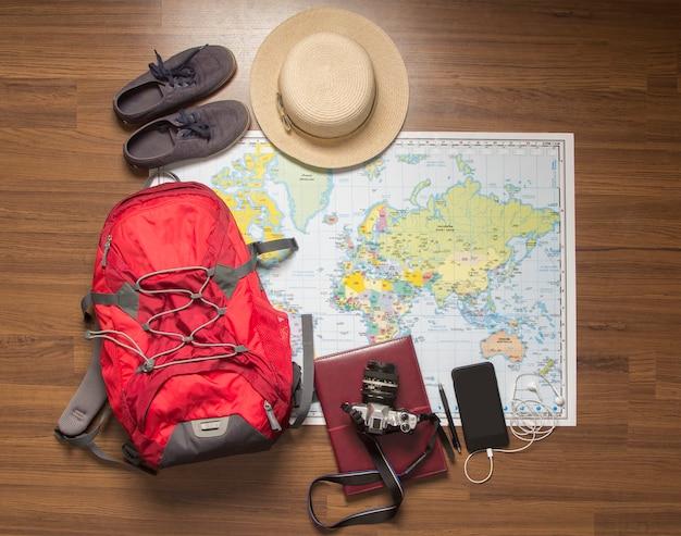 Visão aérea de acessórios do viajante, itens essenciais de férias, projeto de plano de fundo do conceito de viagens