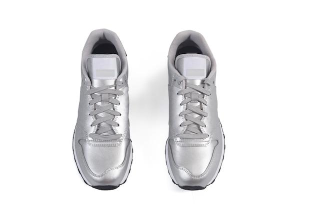 Visão aérea de alguns calçados esportivos em fundo branco