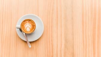 Visão aérea de café com leite em fundo de madeira