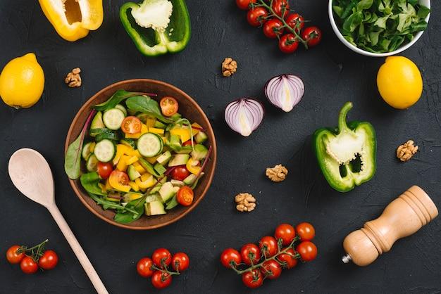 Visão aérea, de, caseiro, mistura, vegetal, com, ingredientes, ligado, pretas, cozinha, worktop