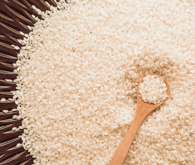 Visão aérea, de, colher madeira, branco, arroz, grãos