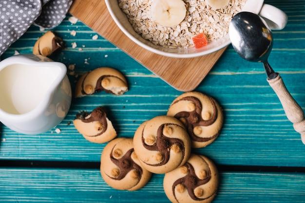 Visão aérea de cookies com leite e aveia na mesa
