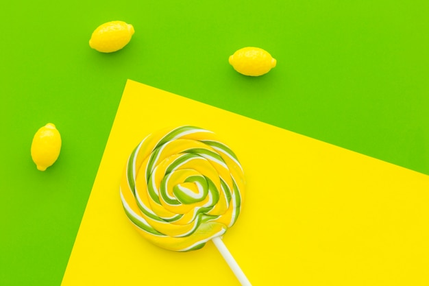 Visão aérea de doces de pirulito e limão no multi colorido fundo