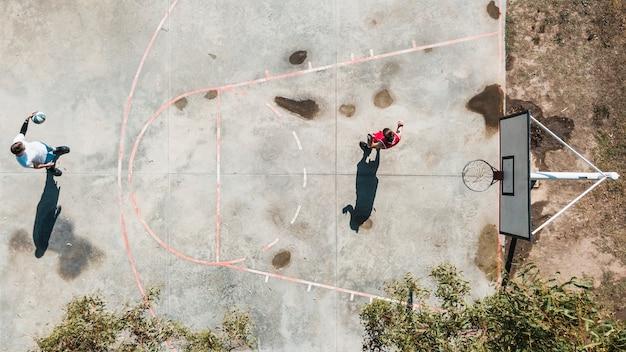 Visão aérea de dois jogadores jogando basquete