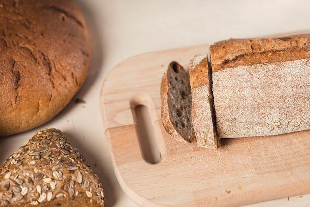 Visão aérea de fatias de pão na tábua de cortar