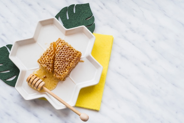 Visão aérea, de, favo de mel, com, madeira, dipper, ligado, bandeja, sobre, a, branca, mármore
