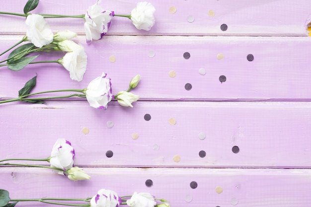 Visão aérea de flores brancas em pano de fundo de madeira-de-rosa