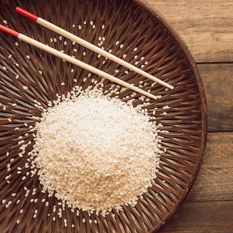 Visão aérea de grãos de arroz com pauzinho