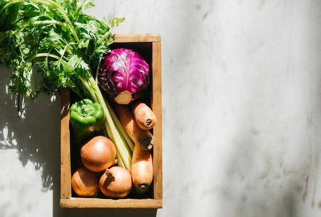Visão aérea de legumes frescos na bandeja de madeira