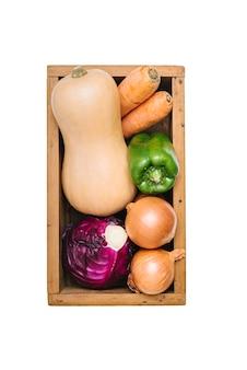 Visão aérea de legumes frescos no fundo branco