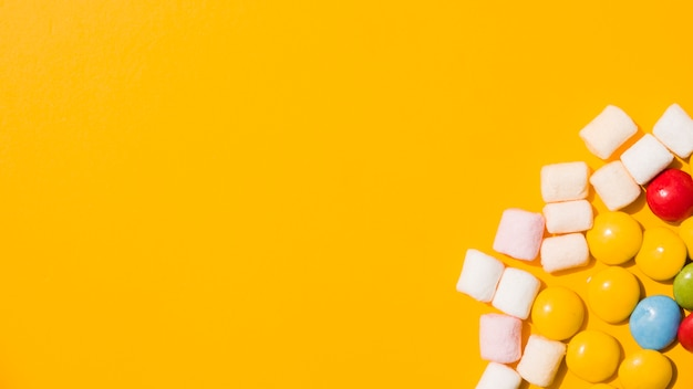 Visão aérea, de, marshmallow, e, coloridos, bala doce, ligado, experiência amarela