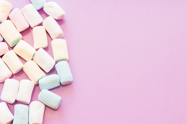 Visão aérea de marshmallows no pano de fundo rosa