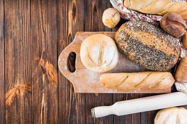 Visão aérea, de, pão, pães, ligado, tábua cortante, sobre, a, tabela madeira