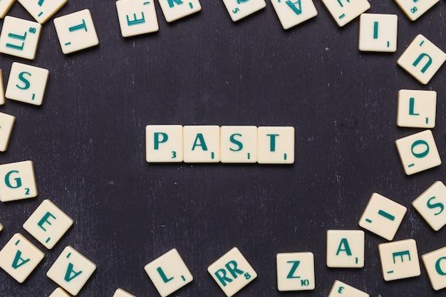 Visão aérea, de, passado, texto, ligado, scrabble, letras, sobre, pretas, fundo