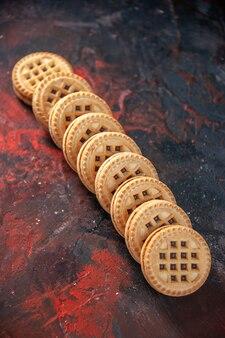 Visão aérea de saborosos biscoitos de açúcar colocados lado a lado em um fundo de misturar cores com espaço livre