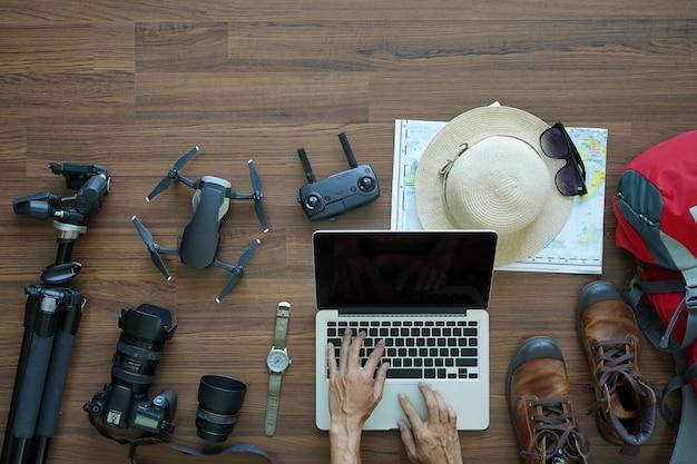 Visão aérea, de, traveler's, acessórios, mão, trabalhando, laptop