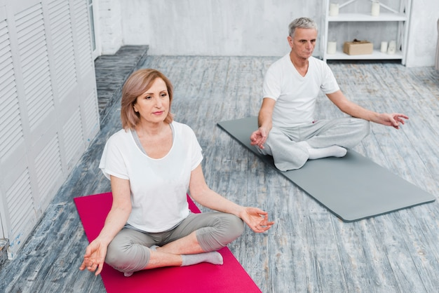 Visão aérea, de, um, par saudável, exercitar, ligado, esteira yoga