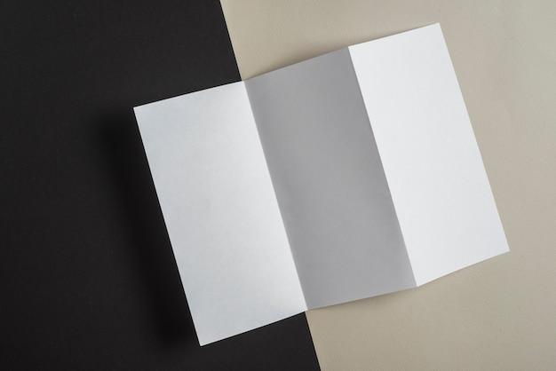 Visão aérea de uma página branca dobrada