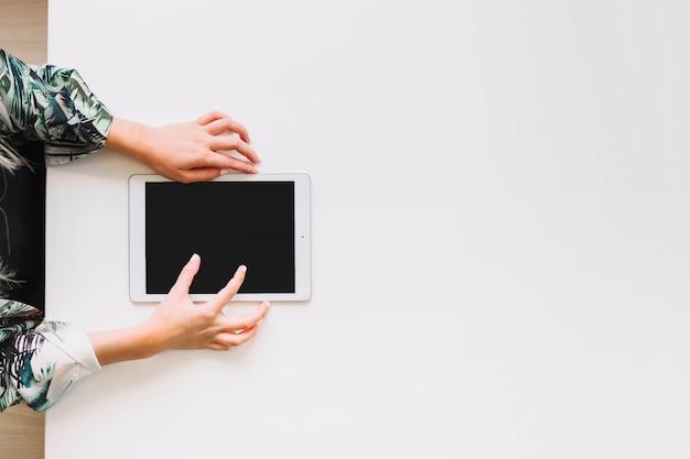 Visão aérea de uma pessoa usando tablet digital