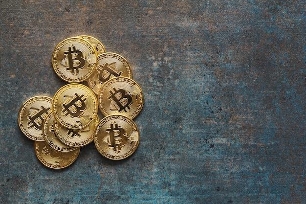 Visão aérea de uma pilha de bitcoins em um plano de fundo texturizado e espaço de cópia