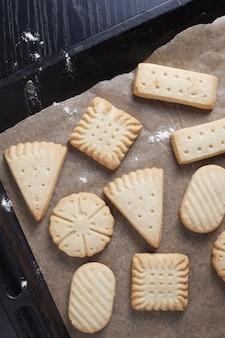 Visão aérea de vários biscoitos amanteigados em uma assadeira