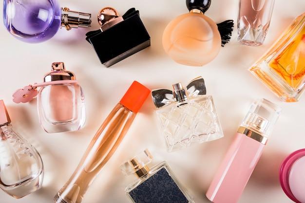 Visão aérea de vários frascos de perfume