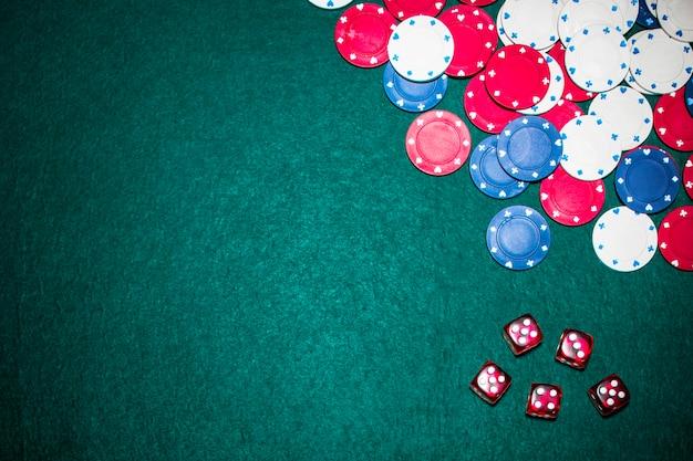 Visão aérea, de, vermelho, dices, e, cassino, lasca, ligado, verde, pôquer, tabela