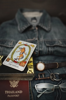 Visão aérea do blue jeans e acessórios, significado do mundo (cartão de tarô).