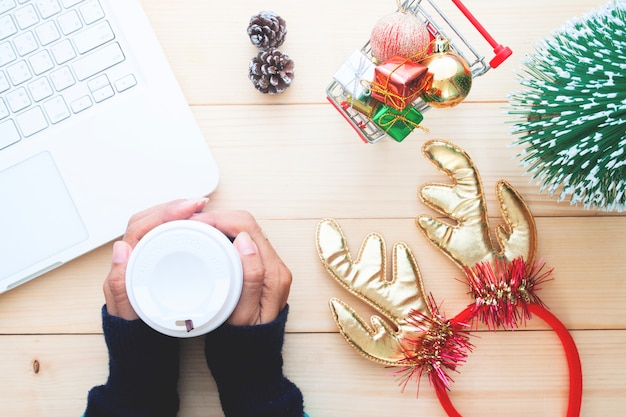 Visão aérea do conceito de natal, estilo de vida com a mulher de compras on-line e beber café