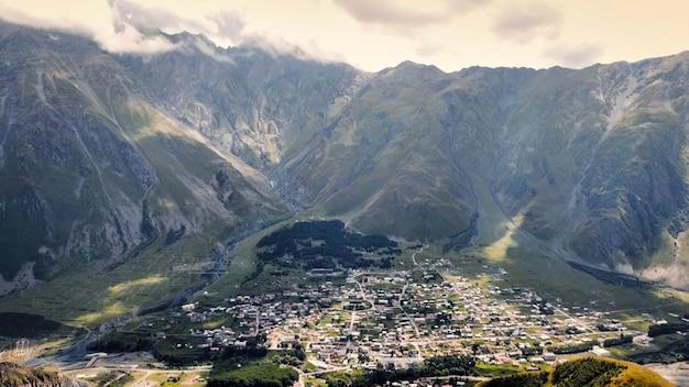 Visão aérea do drone da natureza na geórgia. cordilheira do cáucaso, vale com aldeia