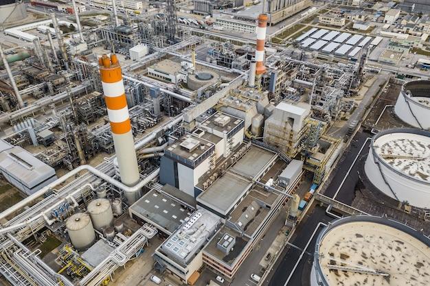 Visão aérea do drone de uma enorme refinaria de petróleo