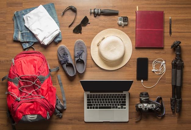 Visão aérea do fundo do conceito de acessórios do viajante