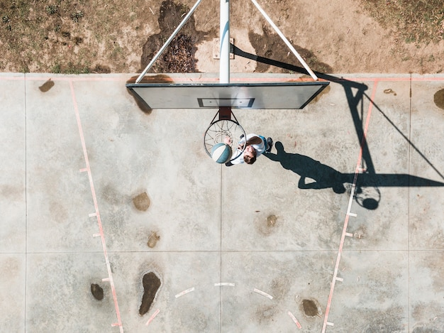 Visão aérea do homem jogando bola no basquete