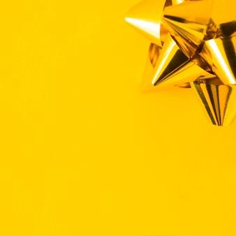 Visão aérea do laço dourado no canto de fundo amarelo