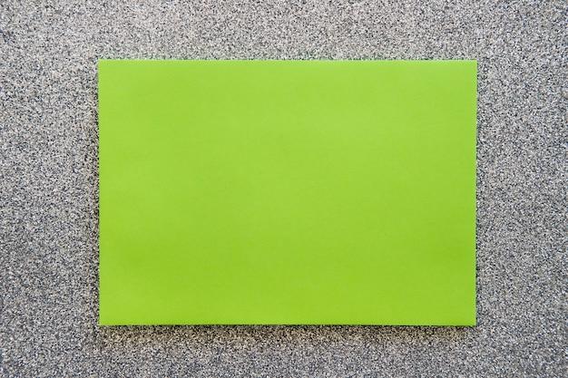 Visão aérea do papel cartão verde no pano de fundo cinzento
