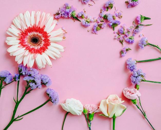 Visão aérea do quadro de flores no pano de fundo rosa