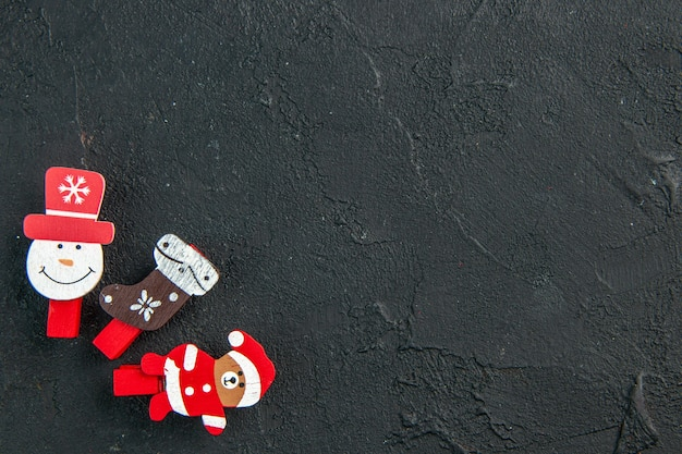 Visão aérea dos acessórios de decoração de ano novo alinhados em uma linha no lado direito na superfície preta