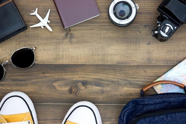 Visão aérea dos acessórios do viajante, itens essenciais de férias, fundo do conceito de viagens
