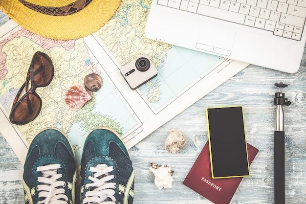 Visão aérea dos acessórios do viajante plano de viagem, viagem de férias, turismo instagram olhando a imagem da viagem