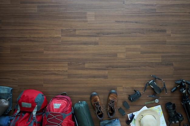 Visão aérea dos acessórios do viajante, viagem de férias, maquete de turismo, mochila