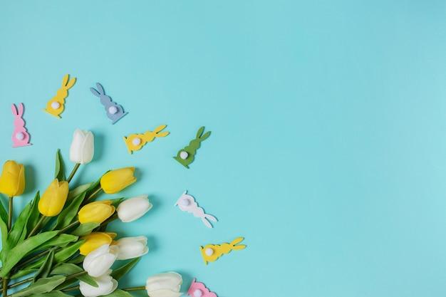 Visão aérea feliz páscoa fundo azul conceito da primavera cor tradicional da primavera composição cópia espaço