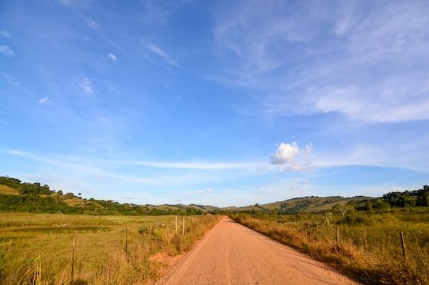 Visão ampla de um campo rural com céu azul