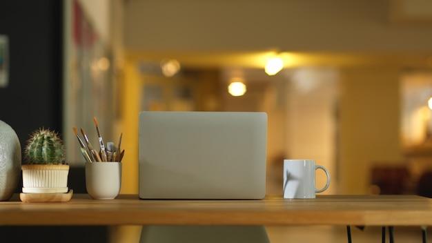 Visão aproximada da área de trabalho com laptop