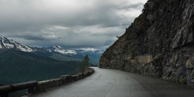 Visão cênica, de, estrada montanha, going-to-the-sun, estrada, parque nacional geleira, geleira, município, montana,