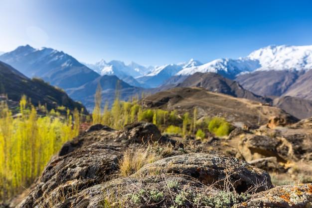 Visão cênica, de, hunza, vale, em, outono, entre, a, karakoram, alcance montanha, em, paquistão