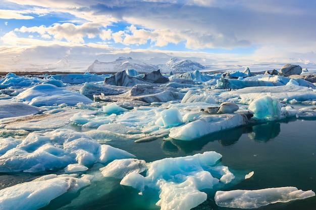 Visão cênica, de, icebergs, em, jokulsarlon, geleira, lagoa