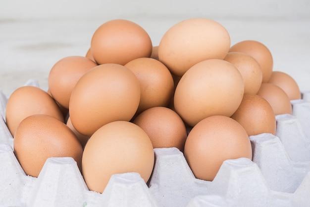 Visão close-up, de, cru, galinha, ovos, em, caixa ovo