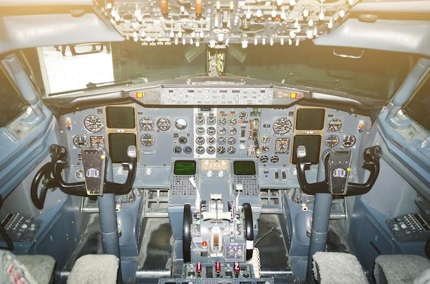 Visão da aeronave dos pilotos de cabine do pára-brisa, volantes, dispositivos de controle.