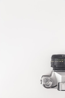 Visão da câmera vintage de cima, isolada no branco.
