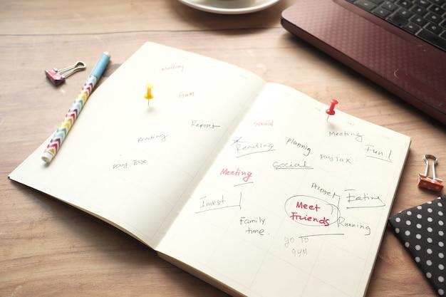 Visão de alto ângulo do planejador semanal na mesa